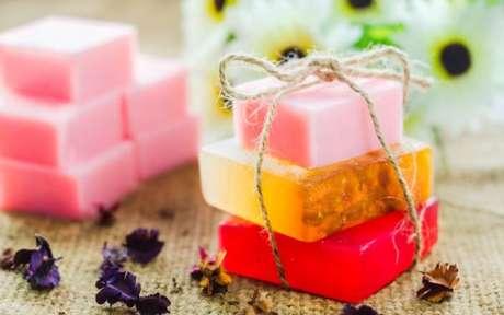 32. Aprenda como fazer sabonetes artesanais de diferentes formatos e ingredientes – Por: Pinterest