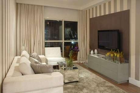 5. O papel de parede listrado cinza é muito utilizado em associação a móveis embutidos. Projeto de Marel – Grupo Factory