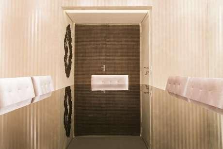 30. Se você quer que os móveis tenham destaque, opte por um papel de parede listrado mais sóbrio. Projeto de Conseil Brasil
