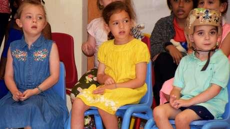 Nesta semana, Joseph terá o primeiro dia de aula no jardim de infância, após recuperar fala e movimentos. Na foto, ele aparece com outras crianças em atividades de reabilitação do hospital