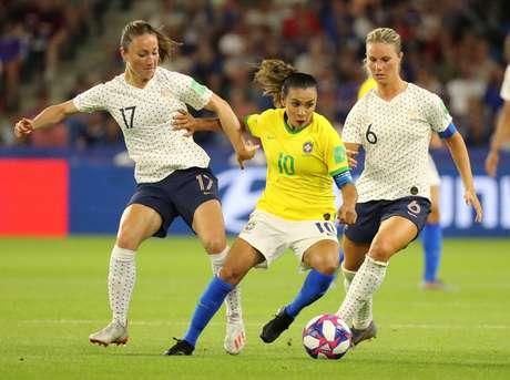 Marta disputa lance no jogo do Brasil contra a França na Copa do Mundo de futebol feminino deste ano 23/06/2019 REUTERS/Lucy Nicholson