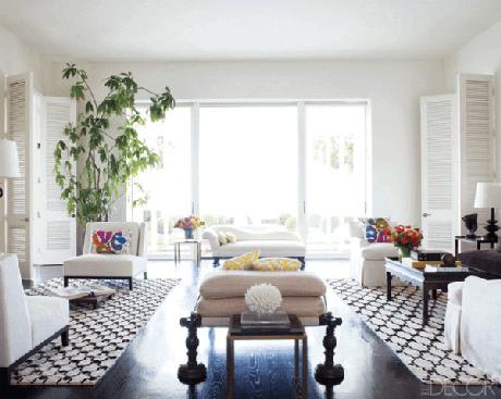 69. A luz natural invade esta sala de estar com tapete preto e branco geométrico. Fonte: Pinterest