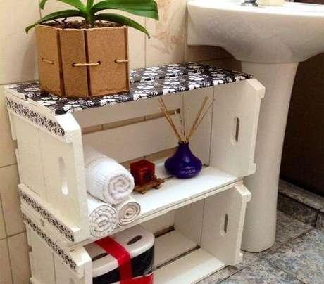 11. Banheiro com decoração com caixotes de madeira brancos de estampa florida. Foto de Sidi Me