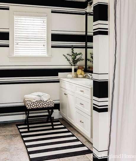 11. Banheiro com tapete preto e branco listrado. Fonte: Pinterest