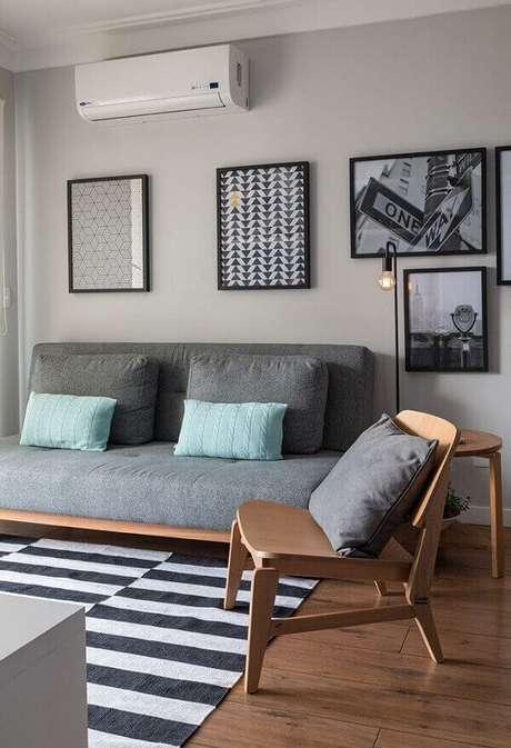 12. Cadeira de madeira e tapete preto e branco para sala. Fonte: Pinterest