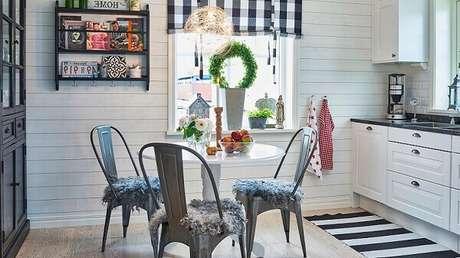 4. Cozinha com tapete listrado preto e branco. Fonte: Westwing