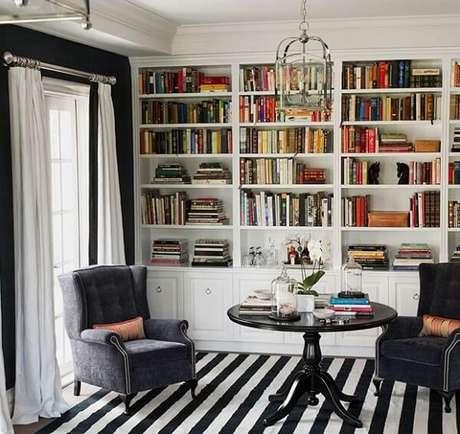 14. Decoração clássica conta com a presença de um tapete preto e branco listrado. Fonte: Homedit