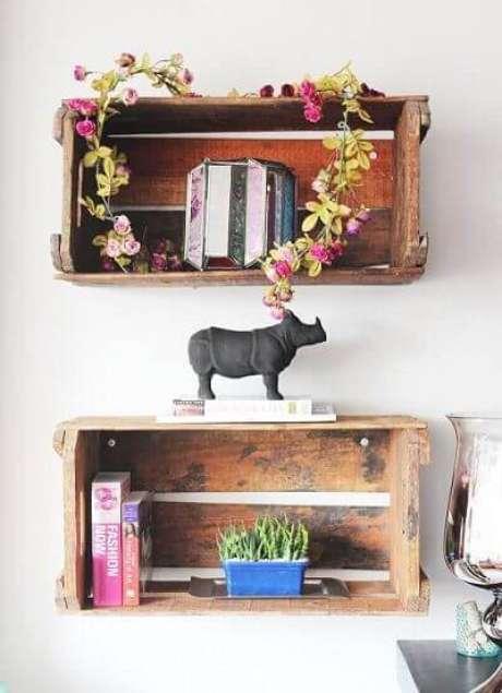 15. A decoração com caixotes demadeira usados como nichosé ótima paraquarto. Projeto de Celine Desroches
