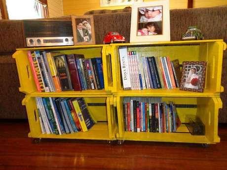 37. Decoração com caixotes de madeira amarelos na sala. Foto de Almanaque SOS