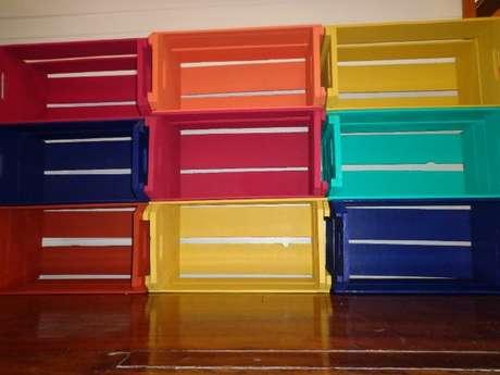 52. Decoração com caixotes de madeira coloridos. Foto de Viver de Artesanato