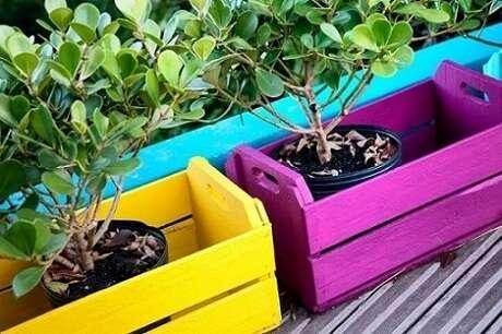 22. Uma boa decoração com caixotes de madeira na área externa dá mais vida à casa. Foto de Paola Simoni