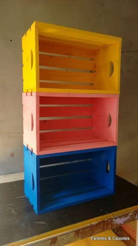 46. Decoração com caixotes de madeira coloridos deixa tudo mais divertido. Foto de Palletes e Caixotes