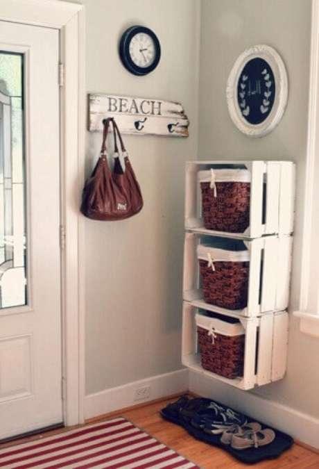 60. Decoração com caixotes de madeira e cestos de vime como gavetas. Foto de Home Specially