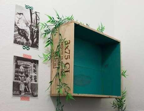 31. Decoração com caixotes de madeira com fundo pintado. Projeto de Buji