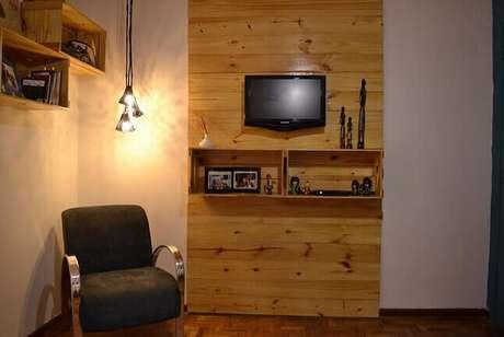 21. Decoração com caixotes de madeira como painel de TV. Projeto de Elisabeth Scholz