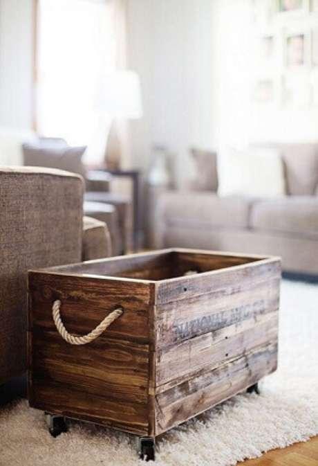 62. Decoração com caixotes de madeira de rodinhas. Foto de Pinterest