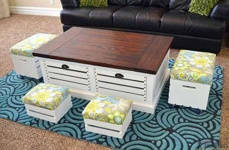 38.Decoração com caixotes de madeira como banquetas.