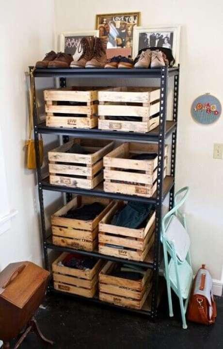 36.Decoração com caixotes de madeira usadas como gavetas em estante de metal. Foto de Inspirationalz