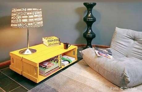 57. Decoração com caixotes de madeira amarelos como mesa baixa. Foto de Nadine Guerra