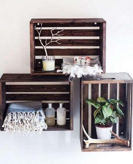 13. Decoração com caixotes de madeira como nicho no banheiro. Foto de Pinterest