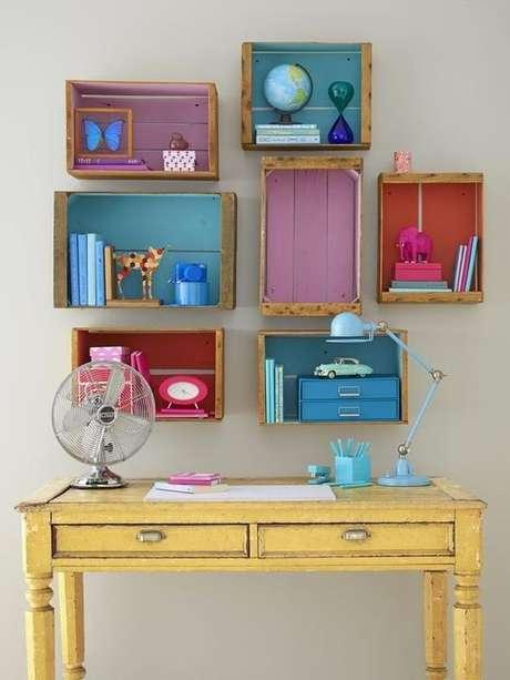 48. Decoração com caixotes de madeira com fundo colorido como nichos. Foto de Pinterest