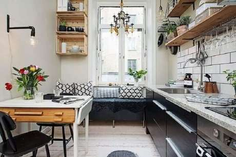 8. A decoração com caixotes de madeira e prateleiras do mesmo material fica ótima na cozinha. Foto de Delikatissen