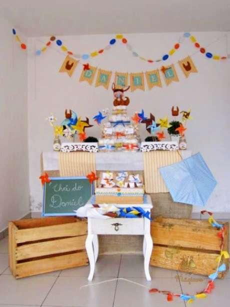 28.Decoração com caixotes de madeira usados em eventos adultos e infantis. Foto de Girassóis Mágicos