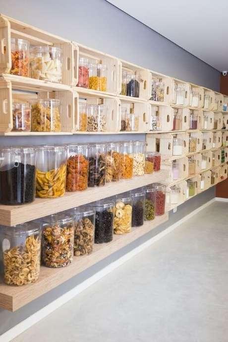 32. Decoração com caixotes de madeira e prateleiras em empório de grãos. Projeto de Helena Rodrigues Cavalcanti