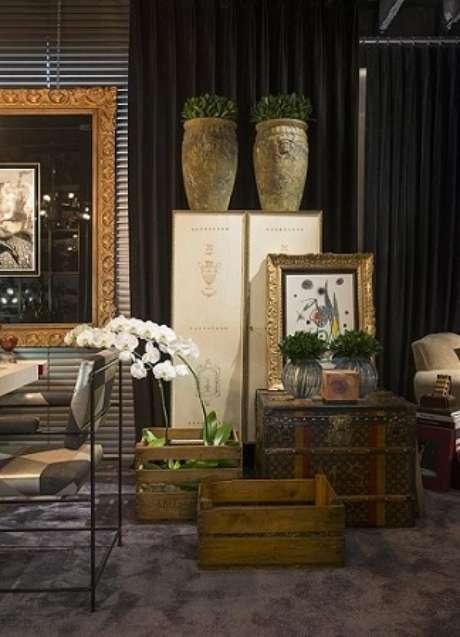 41. Decoração com caixotes de madeira usados em sala sofisticada. Projeto de Michel Safatle