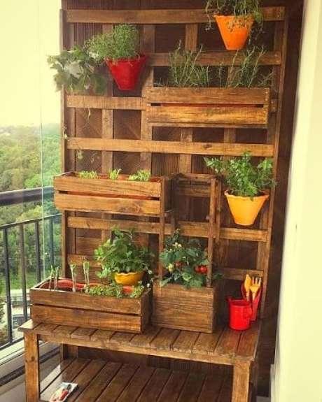 24. Decoração com caixotes de madeira em treliça formando jardim vertical Foto de Elo7