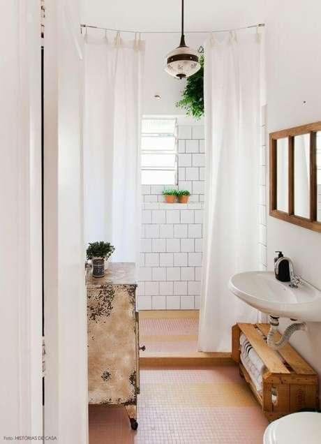 29. Decoração com caixotes de madeira embaixo da pia do banheiro. Foto de Pinterest