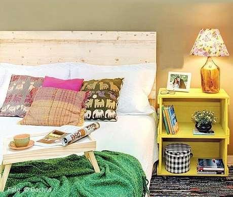59. Decoração com caixotes de madeira pintados de amarelo. Foto de Nadine Guerra