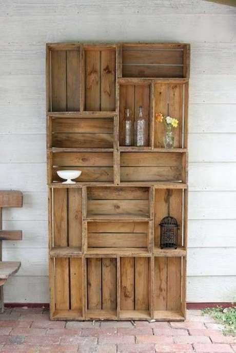 47.Decoração com caixotes de madeira formando estante alta. Foto de Pinterest