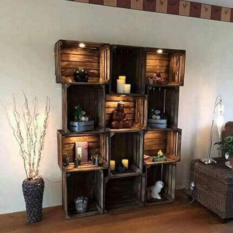35. Decoração com caixotes de madeira formando estante alta. Foto de Pinterest