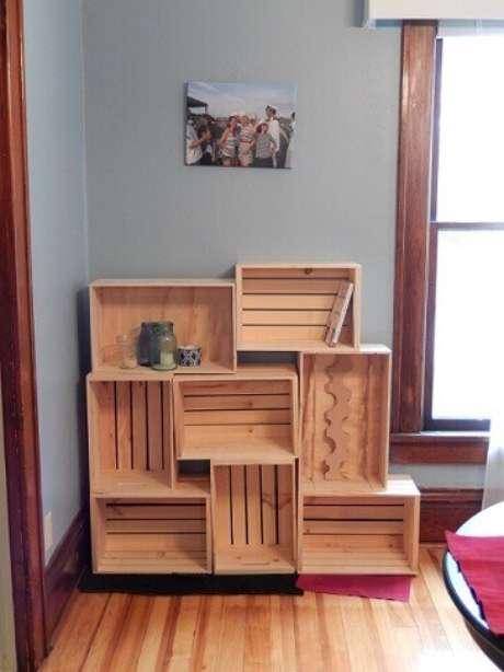 53. Decoração com caixotes de madeira formando uma estante baixa. Foto de De Architect
