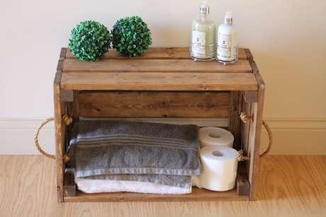 55. Decoração com caixotes de madeira simples no banheiro. Foto de Iaza Móveis de Madeira