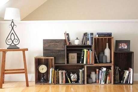 17. Uma forma clássica de fazer decoração com caixotes de madeira na sala é usando-os para organizar livros e objetos de decoração. Foto de Queen Sheba