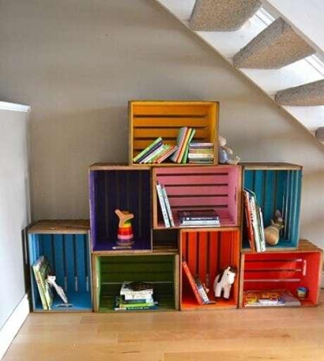 43. Decoração com caixotes de madeira coloridos organizando livros infantis e brinquedos. Foto de Robert Arnold