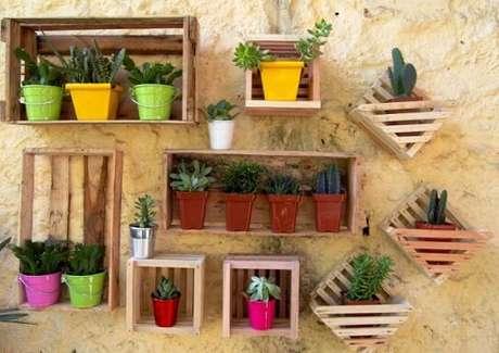 23. Seu jardim vertical fica super legal se vocêoptar por uma decoração comcaixotes de madeira. Foto de Cultura Mix