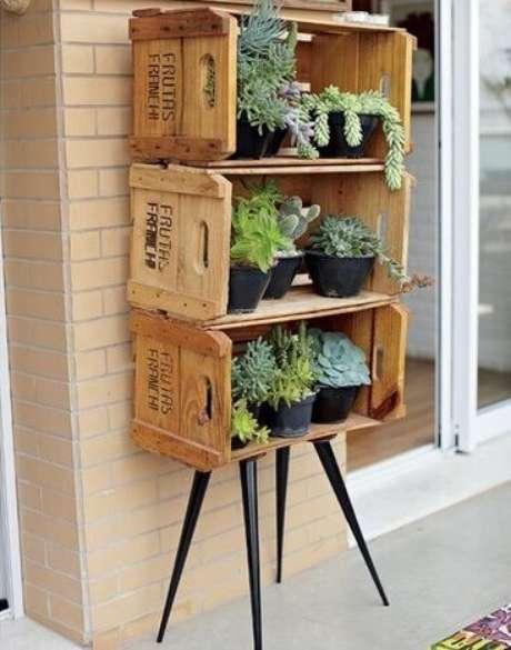 25. Decoração com caixotes de madeira formando móvel com um visual moderno e rústico. Foto de Imóvel Web