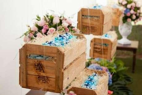 27. Decoração com caixotes de madeira suspensos decorativos. Foto de Pinterest