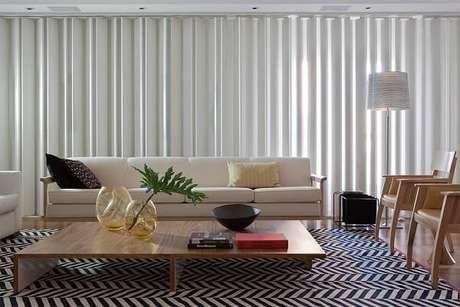 16. Invista em tapete preto e branco estampado para sala de estar. Projeto por Patricia Martinez