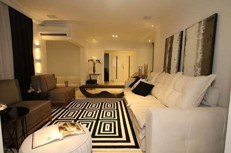 6. Living com tapete geométrico preto e branco. Projeto por Cris Vassoler