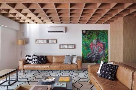 62. O tom amadeirado se harmoniza facilmente com o tapete preto e branco do ambiente. Fonte: Pinterest