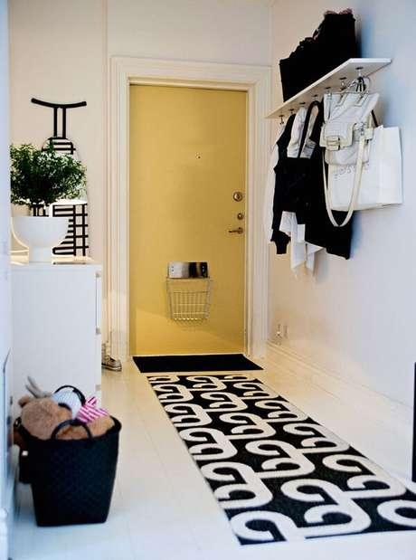18. Para a entrada de casa aposte em um tapete preto e branco. Fonte: Pinterest