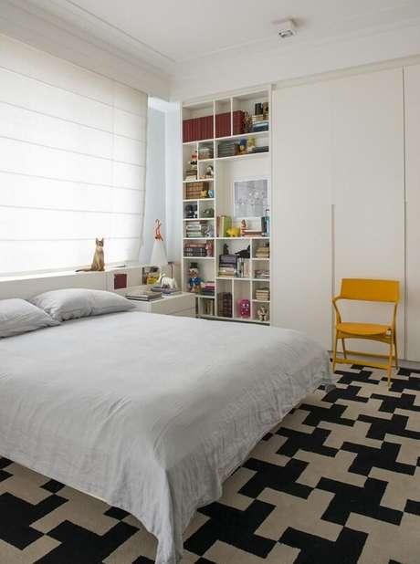 19. Para o quarto de casal invista em um tapete preto e branco. Projeto por Antônio Ferreira Junior e Mário Celso Bernardes