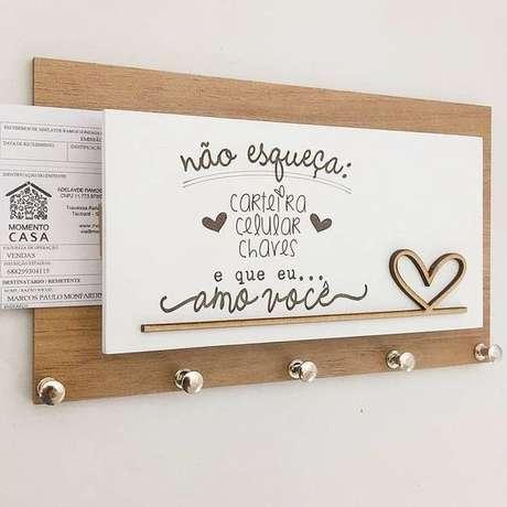 15. A forma de colocar cartas em uma porta chaves pode ser variada. Foto: Julieta Vai Casar