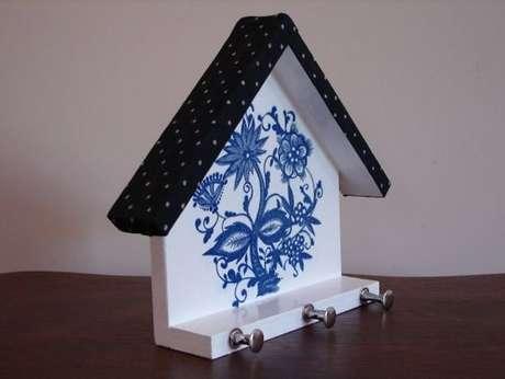 22. A casinha do porta chaves, inclusive, pode ser mais simples. Foto: Artesanato e Reciclagem
