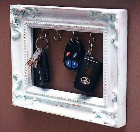 34. Uma moldura de espalho ou quadro pode servir como um ótimo porta chaves. Foto: Tudo Especial