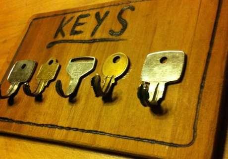 35. Até mesmo chaves velhas podem se transformar em porta chaves. Foto: Lá de Casa
